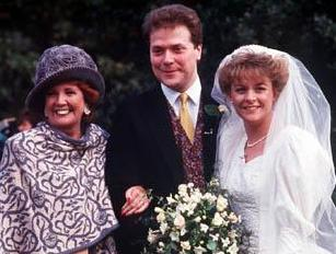 File:Blinddate wedding cilla withhat.jpg